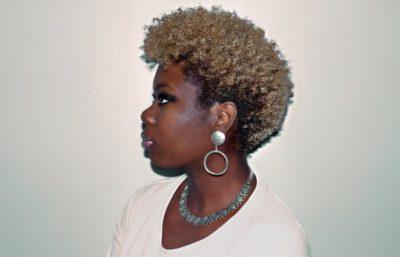 Coupe très courte sur afro et coloration blond cendré latelierbycolette